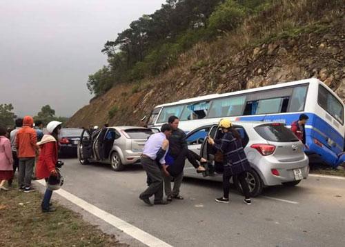 Nhiều xe cá nhân dừng lại chở người bị thương đi cấp cứu - Ảnh: Facebook