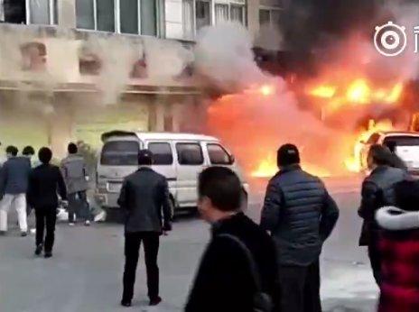 Cháy tại tiệm mát-xa Zuxintang hôm 5-2. Ảnh: TWITTER