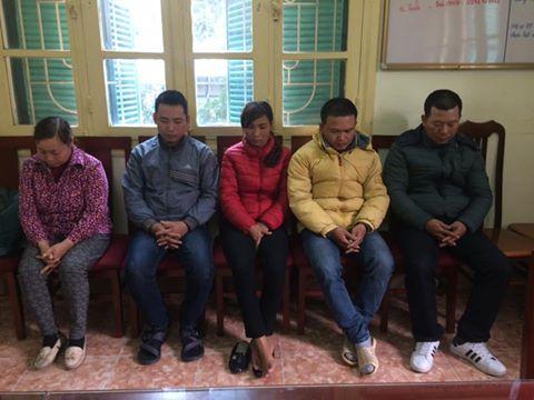5 nghi phạm xin đều người vi phạm giao thông bị tạm giữ tại cơ quan công an