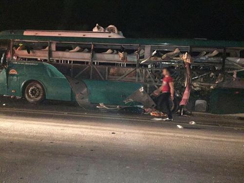 Hiện trường vụ nổ xe khách kinh hoàng khiến 14 người thương vong - Ảnh: Otofun