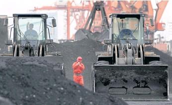 Than nhập khẩu từ Triều Tiên tại TP Đan Đông - Trung Quốc. Ảnh: PRESS READER