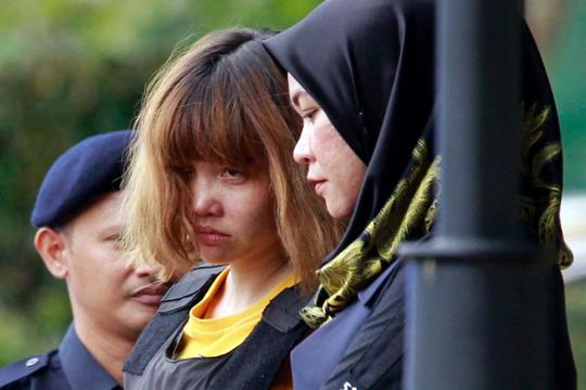 Nghi phạm Đoàn Thị Hương bị cảnh sát Malaysia áp giải ra tòa ngày 1-3 - Ảnh: AP