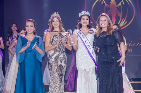 Tiến sĩ Amal Rezk - chủ tịch tổ chức Hoa hậu Du lịch sinh thái quốc tế (áo đen, đứng ngoài cùng bên phải) chụp ảnh cùng người đẹp Nguyễn Thị Thành