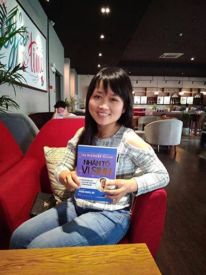 Một bạn trẻ vừa tìm mua được cuốn sách mà theo bạn ấy gọi là bác sỹ của gia đình.