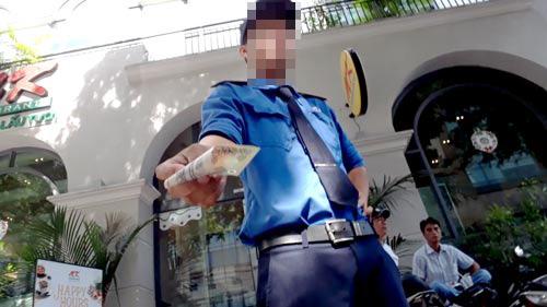 Nhân viên bãi giữ xe máy trước nhà 82 Nguyễn Du ngang nhiên hướng dẫn ô tô đậu dưới lòng đường để thu tiền