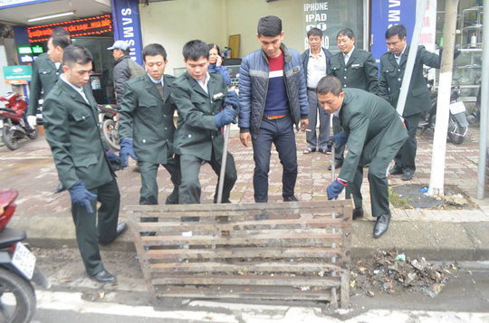Lực lượng chức năng xử lý phần vi phạm xây dựng lấn chiếm vỉa hè tại Hà Nội
