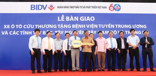 BIDV tặng 46 xe cứu thương cho bệnh viện và cơ sở y tế - Ảnh 1.