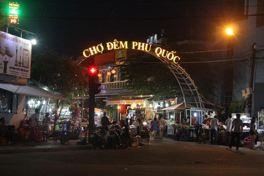 Chợ đêm Phú Quốc đón khách du lịch tấp nập trở lại - Ảnh 2.