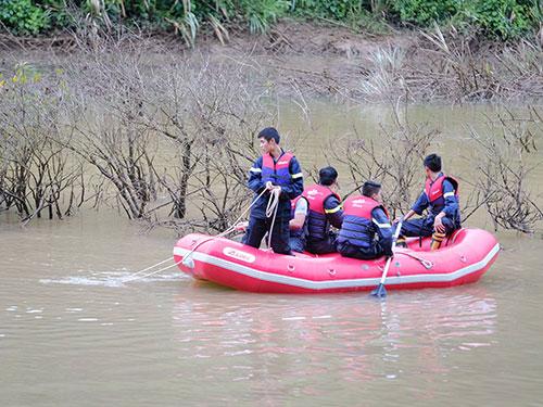 Chìm xuồng trên sông Krông Nô: 1 người chết, 4 người mất tích - Ảnh 2.