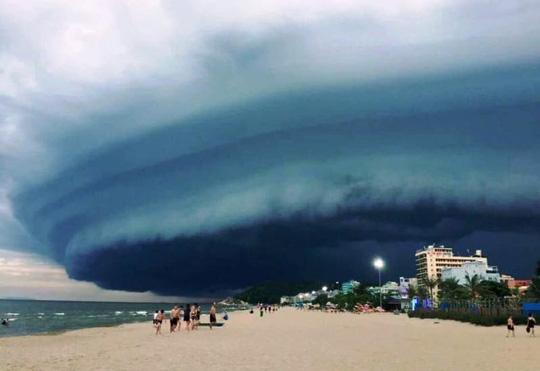 Nhà khoa học lên tiếng về đám mây đen kỳ lạ trên biển Sầm Sơn - Ảnh 1.