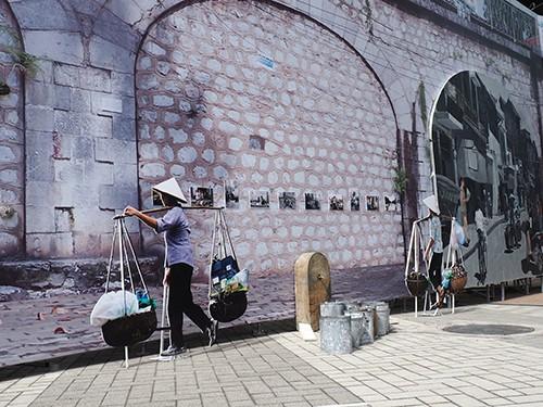 Hà Nội: Chưa đục mà vẽ bích họa lên vòm cầu đường sắt - Ảnh 8.