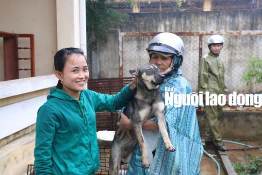 Được cứu khỏi cẩu tặc, 2 chú cún chào đời tại trụ sở công an - Ảnh 1.