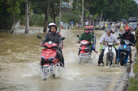 Nước lũ tại Huế lại lên, Đà Nẵng hàng ngàn hộ dân còn ngập - Ảnh 7.