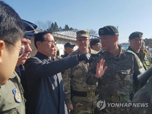 Bộ trưởng Quốc phòng Hàn Quốc đến tận biên giới, cảnh báo Triều Tiên - Ảnh 1.