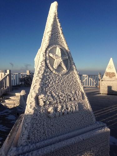 Cận cảnh đỉnh Fansipan trắng xóa trong băng tuyết - Ảnh 1.