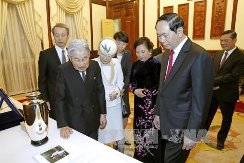 Nhà vua Nhật Bản và Hoàng hậu trao tặng phẩm tới Chủ tịch nước Trần Đại Quang và Phu nhân - Ảnh: TTXVN