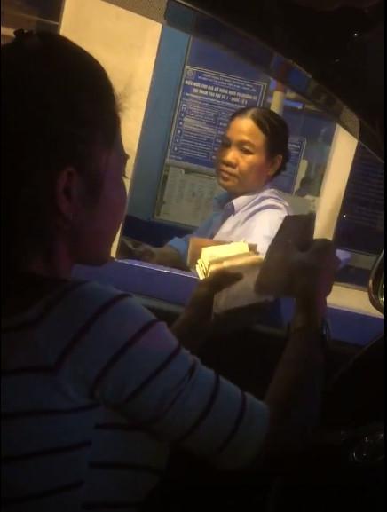 Công an Hưng Yên lên tiếng vụ tài xế trả tiền lẻ ở trạm QL5 - Ảnh 2.