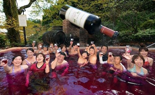 Yunessun Spa Resort ở Hakone, Nhật Bản được nhiều người biết đến nhờ những dịch vụ tắm phi truyền thống. Tại đây, du khách có thể đắm mình trong nước trà xanh, rượu vang đỏ, rượu sake hay socola. Tất cả sẽ đem đến cho bạn những trải nghiệm mới lạ. Ảnh: Amusing Planet.