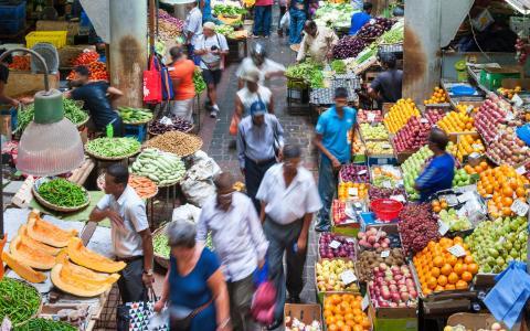 Port Louis, Mauritius: Ẩm thực của Mauritius là sự hoà trộn của Pháp, Ấn Độ, Trung Quốc và Anh. Món nổi tiếng ở đây là bol renverse, cơm với thịt heo, gà hoặc cá, rau, một quả trứng ốp và dầu hào.