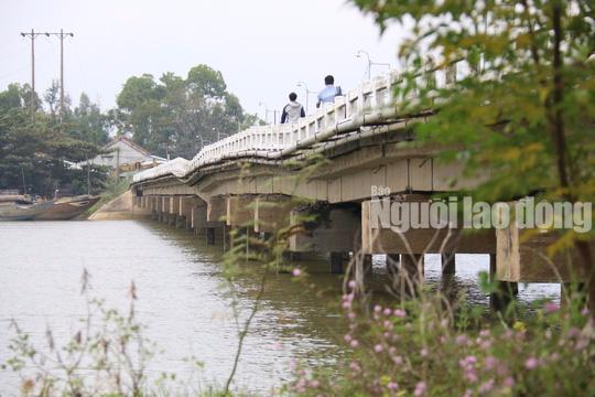 Hàng ngàn người liều mình lưu thông qua cây cầu sắp sập - Ảnh 4.