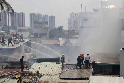 Một vụ cháy nhà ở quận 4 (TP HCM)