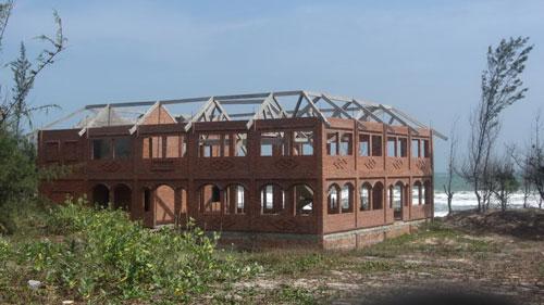 Do chủ trương xây dựng cảng Kê Gà nên nhiều khu du lịch ở xã Tân Thành, huyện Hàm Thuận Nam, tỉnh Bình Thuận phải bỏ hoang trong thời gian dài