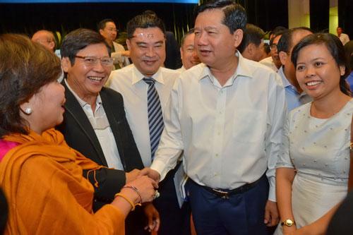 Bí thư Thành ủy Đinh La Thăng trao đổi thân mật với cộng đồng doanh nghiệp TP HCM sáng 7-3. Ảnh: TẤN THẠNH