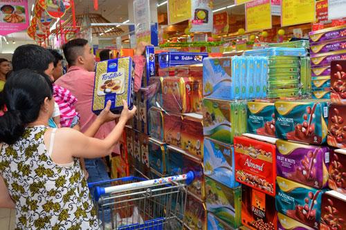 Sức mua trên thị trường bánh kẹo Tết đang tăng mạnh, nhiều sản phẩm nội được người tiêu dùng ưa chuộng Ảnh: TẤN THẠNH