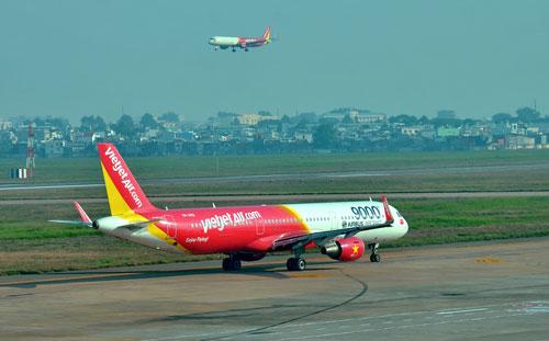 Máy bay hạ cất cánh tại sân bay quốc tế Tân Sơn Nhất - Ảnh: Tấn Thạnh