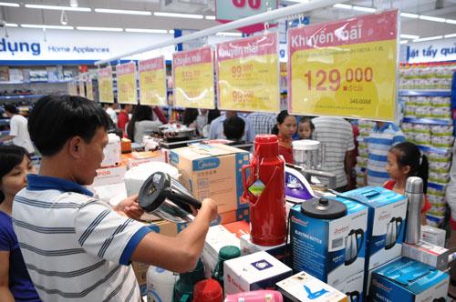 Khách hàng mua sắm tại Co.opmart