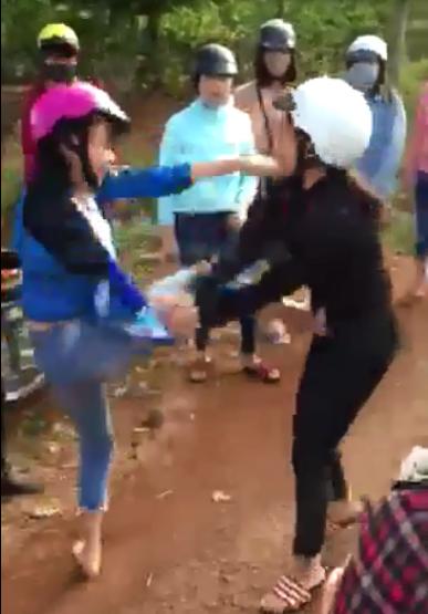 Hai nữ sinh lớp 9 đánh nhau như phim hành động. Ảnh cắt từ clip