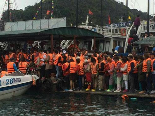 Đông nghẹt khách Trung Quốc tham quan vịnh Hạ Long, tỉnh Quảng Ninh Ảnh: NGUYỄN HÙNG