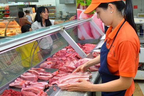 Giá heo hơi trên thị trường đang nhích nhẹ, trong khi thịt heo bán lẻ vẫn còn giữ giá khá cao Ảnh: Tấn Thạnh