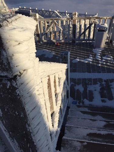 Cận cảnh đỉnh Fansipan trắng xóa trong băng tuyết - Ảnh 12.