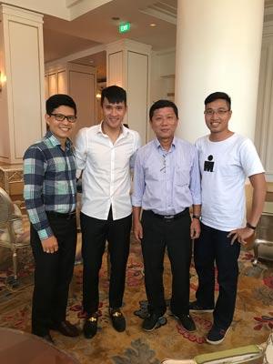 Phó Chủ tịch LĐLĐ TP HCM Trần Đoàn Trung (thứ hai từ phải sang) và Chủ tịch CLB TP HCM Lê Công Vinh sau buổi bàn về kế hoạch đồng hành Ảnh: MỘC NGHÊNH