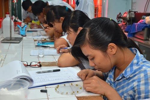 Sinh viên một trường ĐH tại TP HCM trong phòng thí nghiệm Ảnh: TẤN THẠNH