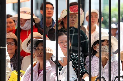 Phụ huynh đợi con thi trong kỳ thi ThPt quốc gia 2016 Ảnh: hoàng Triều