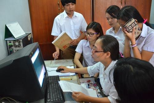 Học sinh nộp hồ sơ thi tốt nghiệp THPT quốc gia 2017 tại Trung tâm Giáo dục thường xuyên quận 1, TP HCM Ảnh: TẤN THẠNH