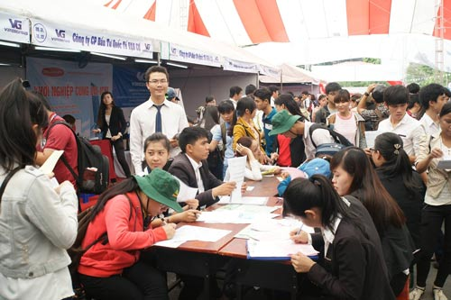 Sinh viên tìm cơ hội tại một ngày hội việc làm