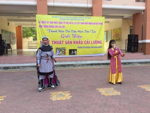 Học sinh được xem nghệ thuật truyền thống ngay tại sân trường