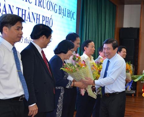 Chủ tịch UBND TP HCM Nguyễn Thành Phong tặng hoa cho các thành viên Hội đồng Hiệu trưởng các trường ĐH trên địa bàn TP