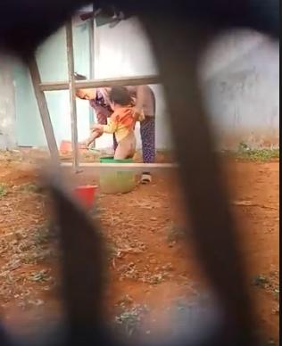 Phẫn nộ khi xem clip người phụ nữ hành hạ trẻ em - Ảnh 1.