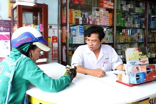 Có thể nhờ dược sĩ ở nhà thuốc hướng dẫn mua thuốc và chỉ cách sử dụng Ảnh: HOÀNG TRIỀU