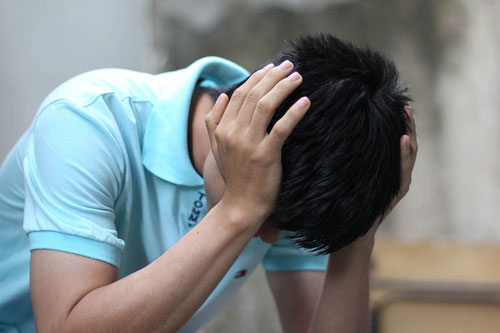Nếu nhức đầu mà uống thuốc giảm đau thông thường không khỏi, bạn nên đi khám Ảnh: HOÀNG TRIỀU