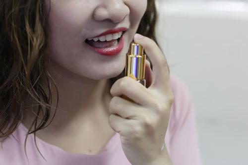 Dùng thêm chế phẩm xịt thơm miệng đang là xu hướng chăm sóc răng miệng của nhiều người Ảnh: HOÀNG TRIỀU