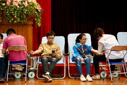 Nhiều bạn trẻ tình nguyện hiến máu để có nguồn máu cứu chữa cho người bệnh dịp Tết Nguyên đán 2017