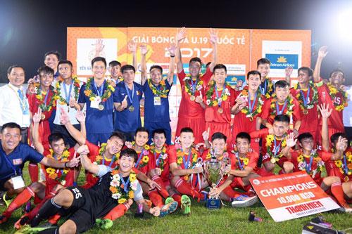 Đội U19 Việt Nam nhận cúp Ảnh: ANH HUY