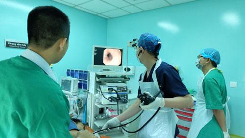 Các bác sĩ nội soi gắp dị vật trong thực quản bệnh nhân