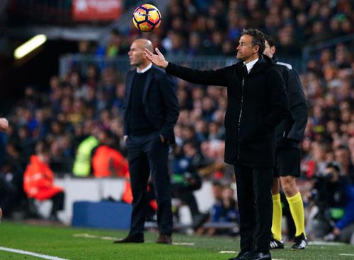 """HLV Enrique (phải) liệu có giúp Barcelona đánh bại Real trong trận cầu """"6 điểm"""" rạng sáng 24-4? Ảnh: REUTERS"""