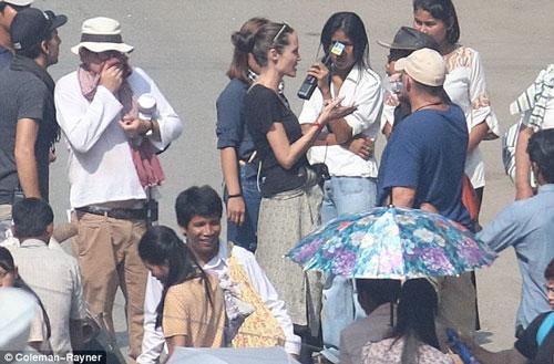 """Angelina Jolie chỉ đạo trên trường quay phim """"First they killed my father"""""""